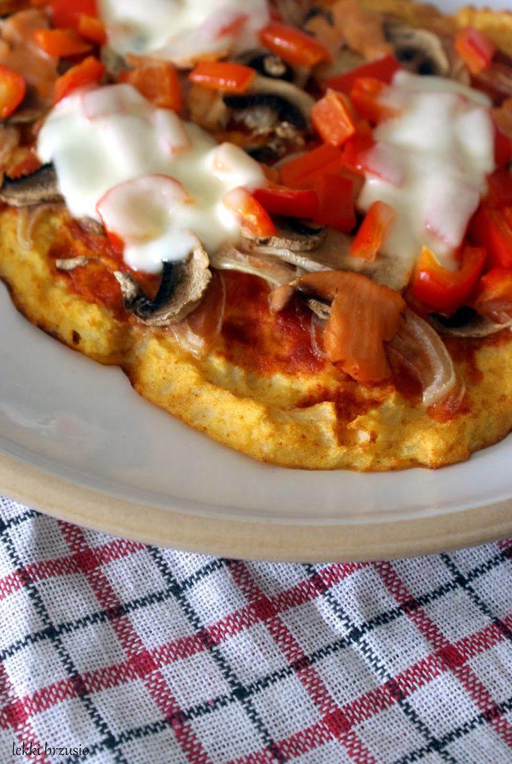 Pizza na kalafiorowym spodzie  Pizza na kalafiorowym spodzie  Składniki (na 1 porcję): 200 g kalafiora (mrożony lub świeży) 1 jajko 2 pełne łyżeczki mąki kukurydzianej sól, pieprz ulubione dodatki np cebula, pieczarki, papryka, ser, szynka... sos do pizzy: 2 nieduże pomidory z puszki mały ząbek czosnku sól, pieprz, oregano