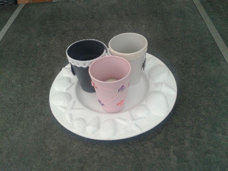 Glaasje bewerkt met gesso, verf en decoratie