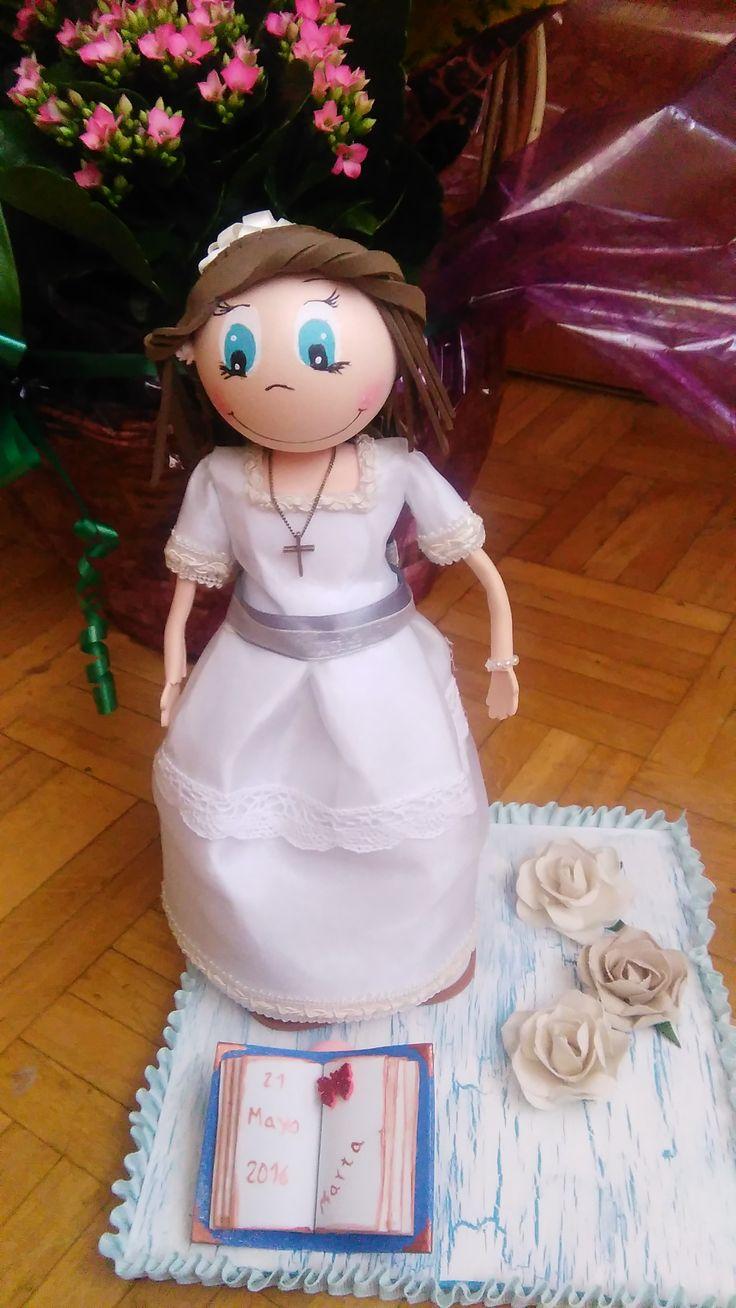 muñeca de comunión. el vestido es de tela, el lazo es de raso,