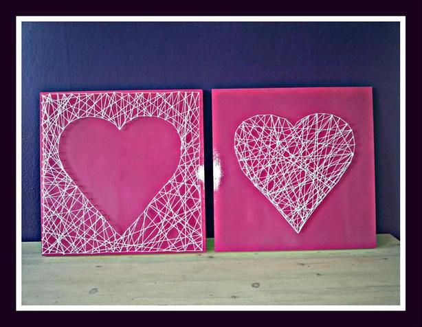 2 houten borden van 50 cm bij 50 cm. Roze gespoten met verf en 2 harten gemaakt met spijkers en touw. Leuk voor aan de muur en in alle kleuren mogelijk.