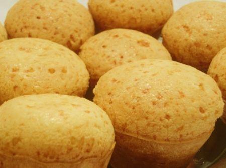 Pão de Queijo de Liquidificador 1 xícara(s) (chá) de leite 3 xícara(s) (chá) de polvilho doce 3 unidade(s) de ovo 3/4 xícara(s) (chá) de óleo de soja  1 colher(es) (chá) de sal 1 xícara(s) (chá) de parmesão ralado