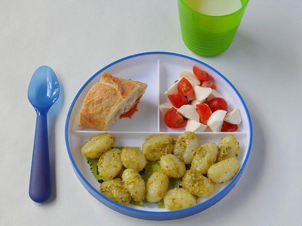 Gnocchi de pasta y ensalada