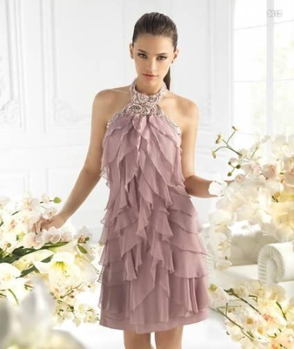 Vestido lila corto con inspiración charlestón para damas de boda - Foto La Sposa