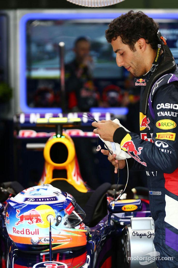 Daniel Ricciardo getting ready for race - 2014 Malaysian GP