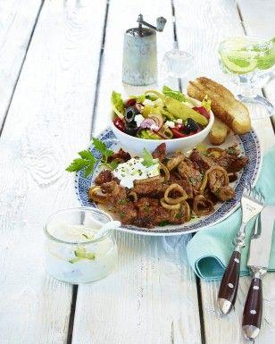 Das Rezept für Pfannengyros mit Bauernsalat und Fladenbrot und weitere kostenlose Rezepte auf LECKER.de