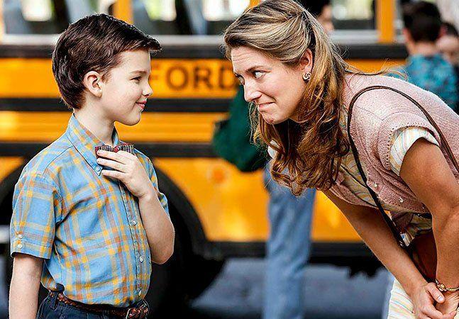 """Sheldon Cooper, da série """"The Big Bang Theory"""", provavelmente é o personagem mais chato e ao mesmo tempo amado da televisão nos últimos tempos. Tanto, que o físico ganhou um spin-off focado em sua infância que vem sendo produzido pelo CBS: """"Young Sheldon"""". Nesta semana, o canal norte-americano divulgou as primeiras imagens e também o trailer da produção que contará a vida do pequeno gênio quando ele tinha apenas 9 anos, em 1989. O vídeo mostra o menino interagindo com os pais e irmãos e…"""