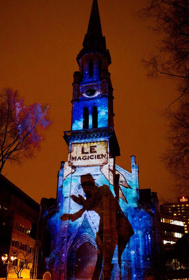 Fascinoscope: Le clocher de l'UQAM accueille un magicien prodiguant divers tours et apparitions surprenantes. Conception: Lüz Studio, crédit: Cindy Boyce.