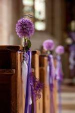 Kirchenbank Hochzeit in Lila mit Allium