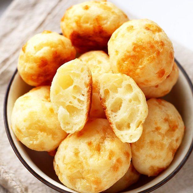 Schritt-für-Schritt Rezept für brasilianische Pao de queijo - die besten Käsebällchen mit Suchtfaktor. Ihre spezielle Konstistenz verleiht ihnen eine ganz besondere Zutat: Tapioca Mehl.