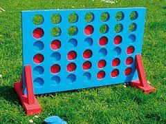 VIER OP EEN RIJ: Spel dat de meeste kinderen kennen. Goed om inzicht in te oefenen en natuurlijk heel leuk om zo'n levensgroot spel te spelen.