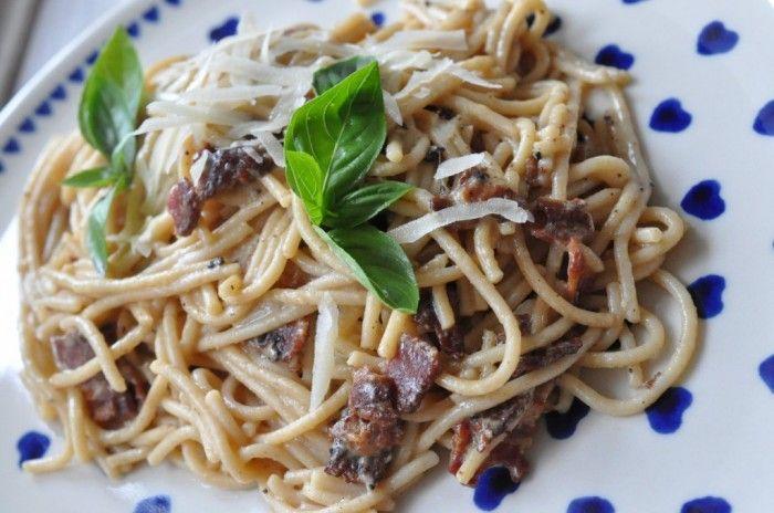 Skal det gå hurtigt i dit køkken en dag, så lav en lækker cremet spaghetti carbonara. Brug rigeligt med bacon, piskefløde og æg. Spar ikke på noget, kun på tid. http://nogetiovnen.dk/spaghetti-carbonara-med-aeg-flode-bacon-og-parmesan/