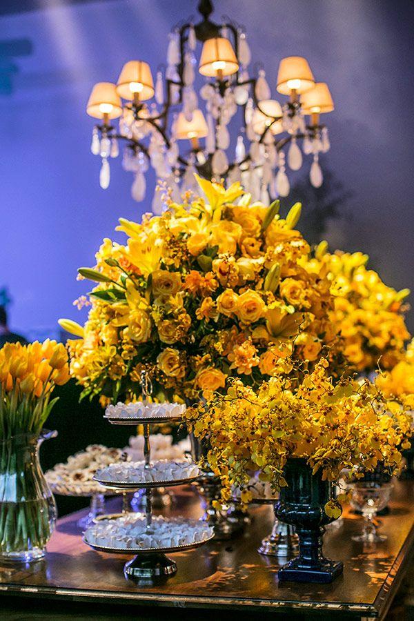 Mesa de doces com arranjos de flores amarelas - Casamento clássico ( Foto: Roberto Tamer | Decoração: Mariana Bassi ):