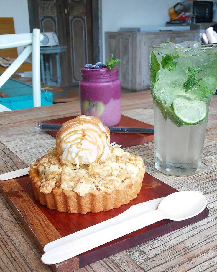 Berdasarkan penelitian orang yang suka foto makanan bisa jadi punya gangguan mental.  #dessert #apple #pie #with #vanilla #icecream #blueberry #mint #mojito #afternoon #snack #happy #sunday #foods #foodstagram #foodporn #foodpic #picoftheday #instapic #colorful #colourful #creamycomfort #bali #deliseminyak #hangout #dayoff