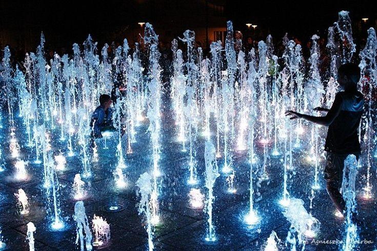 Interaktywna fontanna w Rzeszowie - kolory, światła, woda i muzyka. #Rzeszow #kolor #fontanna #atrakcja/ #Poland #city #travel #weekend