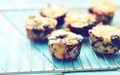 Chocolade muffins van amandelmeel met bosbessen