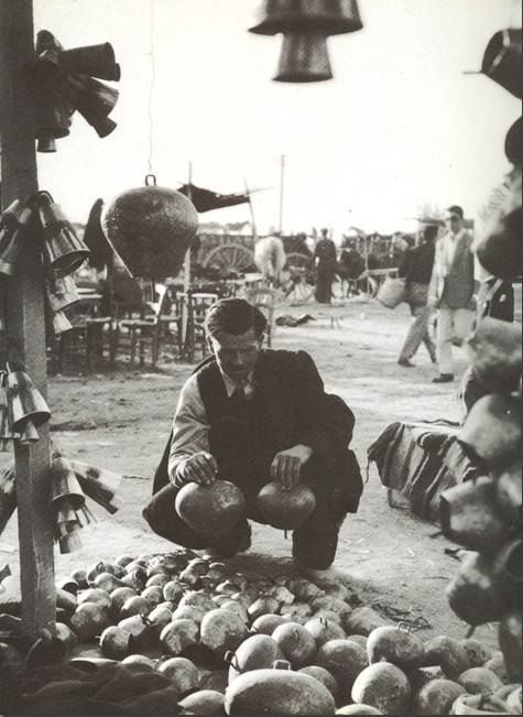 Κτηνοτρόφος διαλέγει κουδούνια, παζάρι Λάρισας, δεκαετία 1960.φωτ.Τάκης Τλούπας