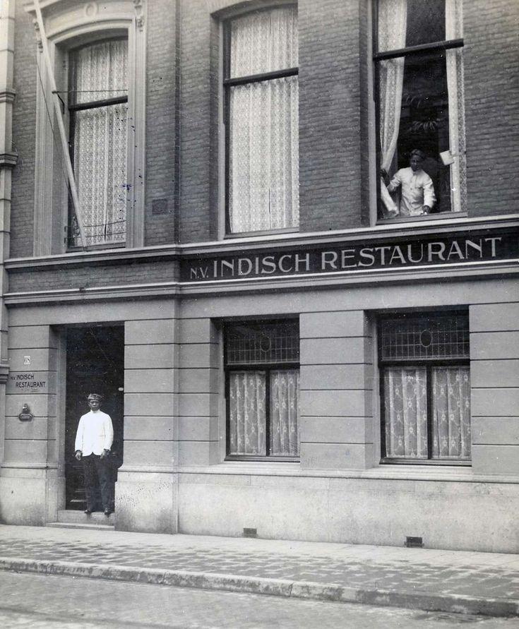 Voorkant van Indisch restaurant aan de laan van Meerdervoort in Den Haag. Een man staat in de deuropening. Nederland, 1920.
