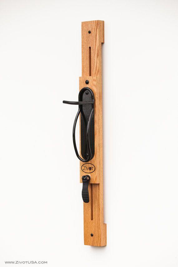 Prima artesanal 3 soporte vertical ajustable portabicicletas son de madera maciza de roble rojo americano con un acabado de su elección. El tamaño total es 36 largo x 3.5 de ancho x 7,5 de profundidad. La suspensión de la bicicleta está hecha de metal con un acabado de recubrimiento en polvo. El bastidor ha sido diseñado con una palanca de la leva que proporciona un ajuste rápido y fácil en segundos (No requiere de herramientas). Este producto es perfecto para dentro de su Loft, condominio…