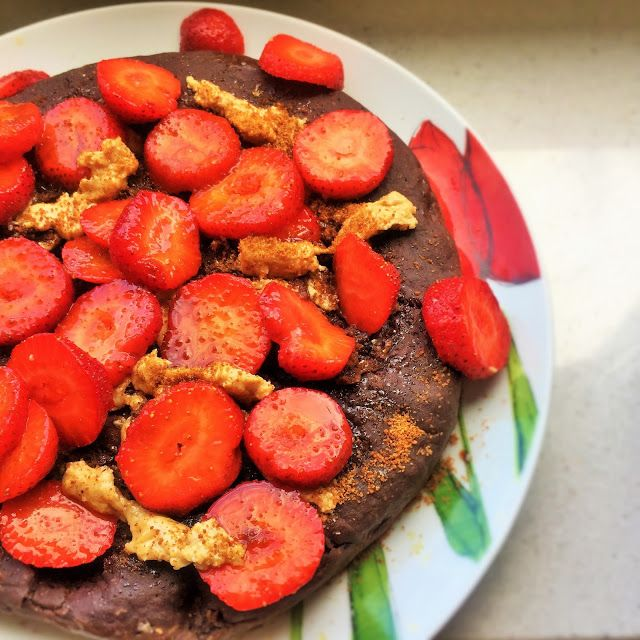 Make-Life-Green: Kakaowo-piernikowy omlet z ciecierzycy z truskawka...