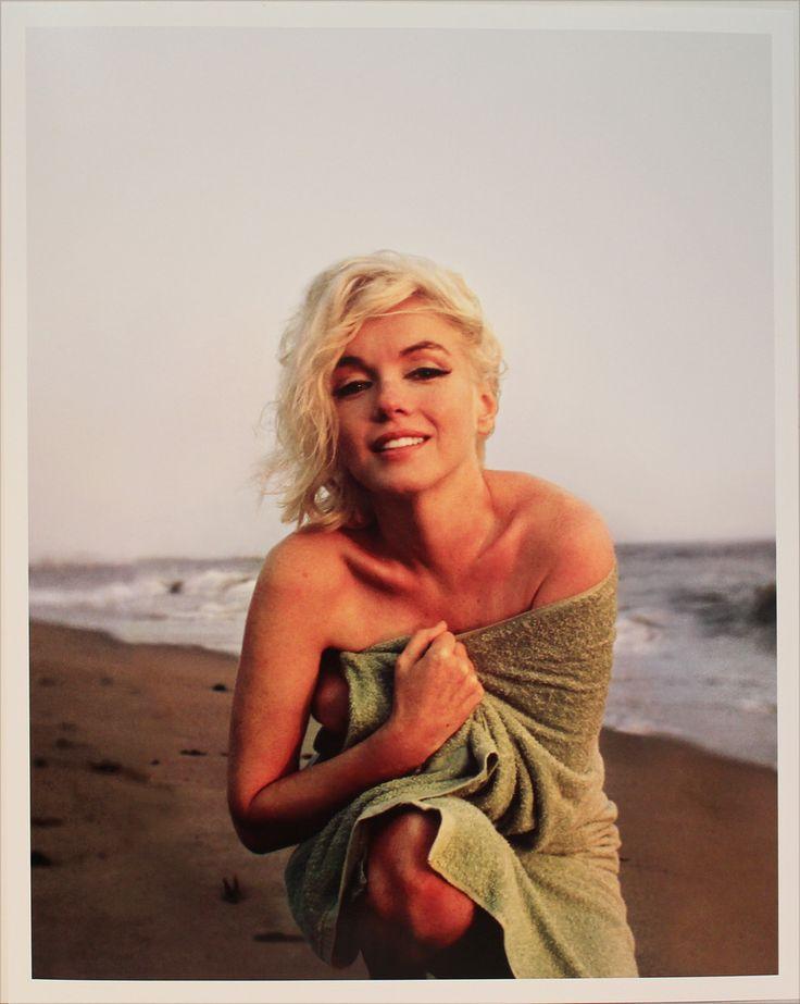 Bilder för 55649. GEORGE BARRIS. Marilyn Monroe sittande på huk i badlakan. Fine art print. Stämpelmärkt á tergo och numrerad 117/200, daterad 16/5-2006. – Auctionet