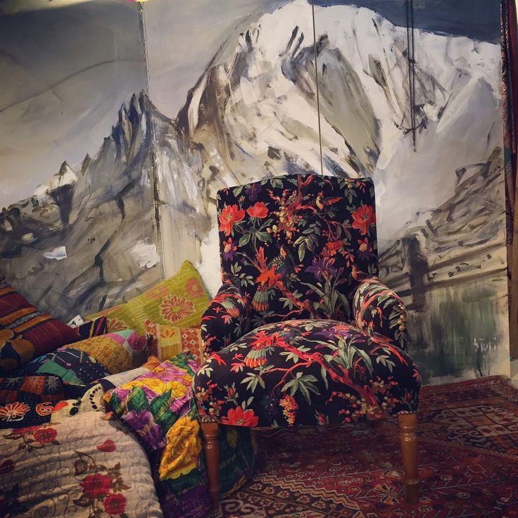 Poltrona Xiwikj e paravento della pittrice di Cogne Barbara Tutino