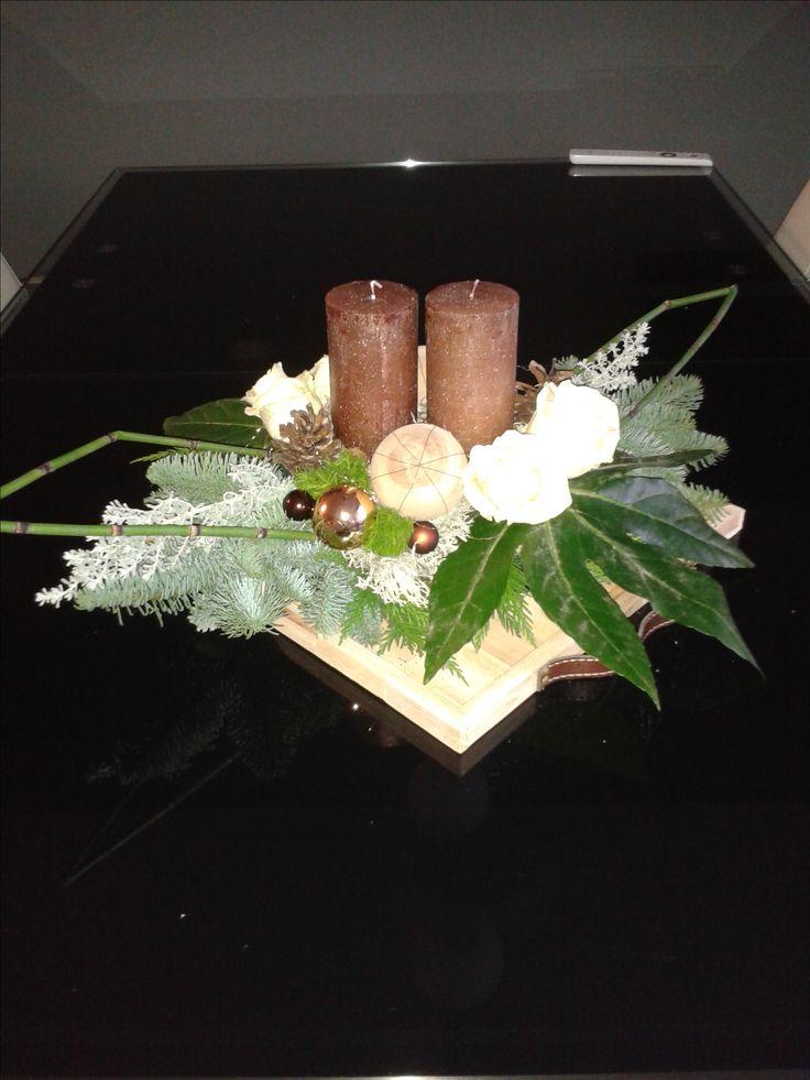 Op vierkante houten tray met rozen en kaarsen 2016