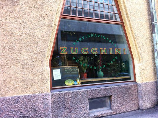 Zucchini tarjoilee kasvisruokaa lounasaikaan. Maukas ja edullinen paikka. Lounasaikaan suosittu ja iltaisin kiinni. Fabianinkatu 4.