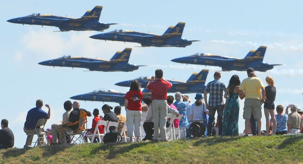The Navy's Blue Angels fly low past the crowd at Fort McHenry during Saturday's Sailabration air show -: Photos, Angel Flying, Blue Angles, Flying Low, Maryland, Low Flying, Strong Mchenri, Navy Blue, Blue Angels