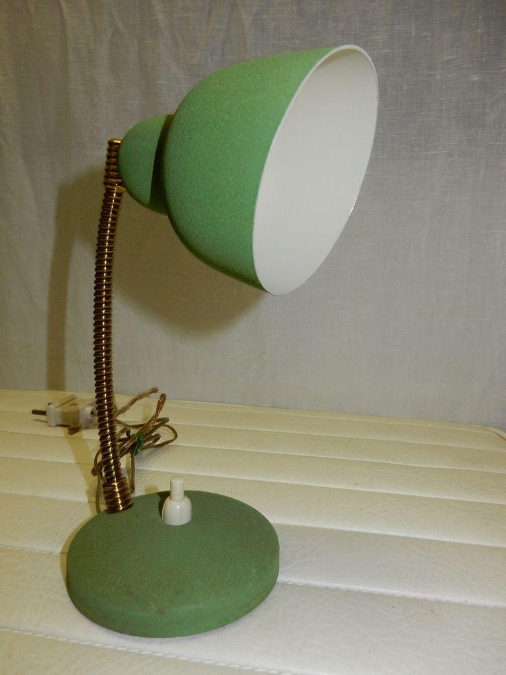 Groen vintage retro lampje voor  op het bureau of op het nachtkastje. Hoogte voet tot bovenkant buigdraad ongeveer 20 cm. Doorsnede kap ongeveer 9 cm.  Prjis € 17.50.