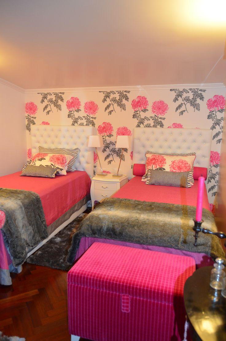 Cabeceira de cama em pele branca com capitoné papel de parede e tecidos Designers Guild