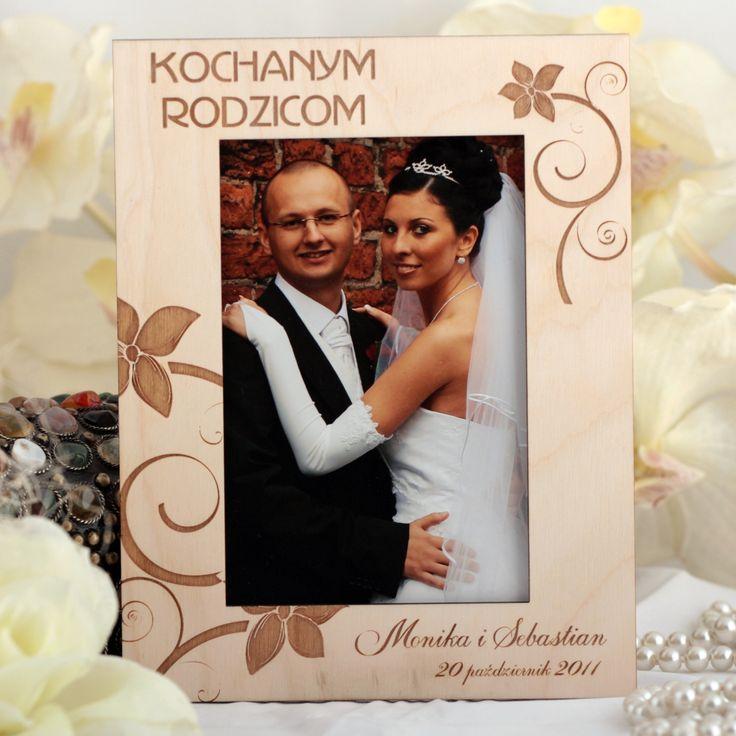 Drewniana ramka na zdjęcia ślubne grawerowana laserowo z motywem kwiatowym.