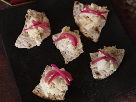 Recept på hårt tunnbröd från Växbo. Sprött och gott! Om de spricker gör det inget, för de bryts i bitar vid servering.