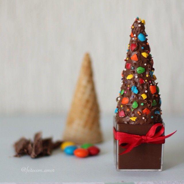 Mousse de chocolate no copinho + casquinha de sorvete coberta com chocolate + mm's picadinhos. Eu também usei confeitos coloridos de bolinha para dar um colorido extra. Com um garfo faça marcações no chocolate para criar a textura na árvore. Uma linda sugestão para o seu Natal! http://instagram.com/p/vjNt7RLlNe/?modal=true    feitocom.amor