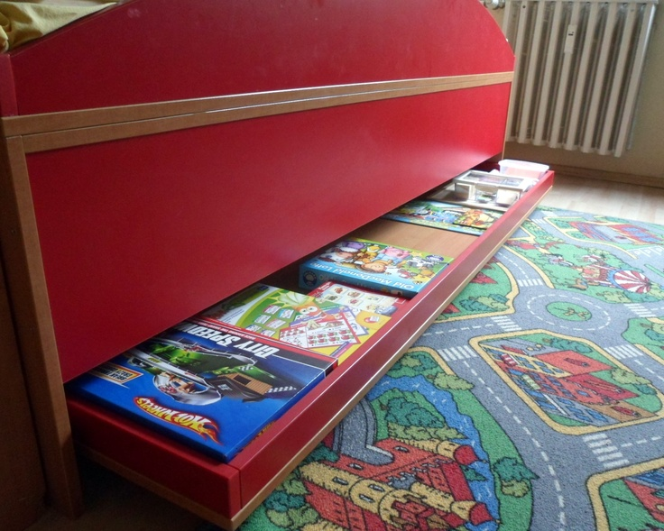 Kihúzható elem az ágy alatt. Most éppen játéktároló, de ha kell szivaccsal pótágynak is használható.