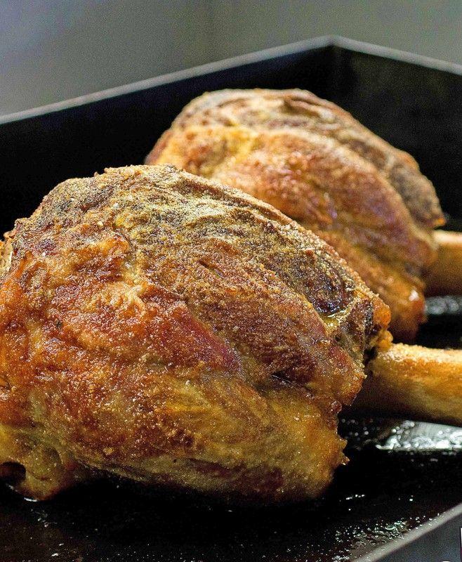 Dieses Gericht fand ich unter der Rubrik: Das Ende der Fastenzeit Es kann natürlich ganzjährig zubereitet werden.  Die Kalbshaxe mit Brot- oder Semmlbröseln zu bestreuen ist sicher außergewöhnlich - schmeckt aber köstlich!