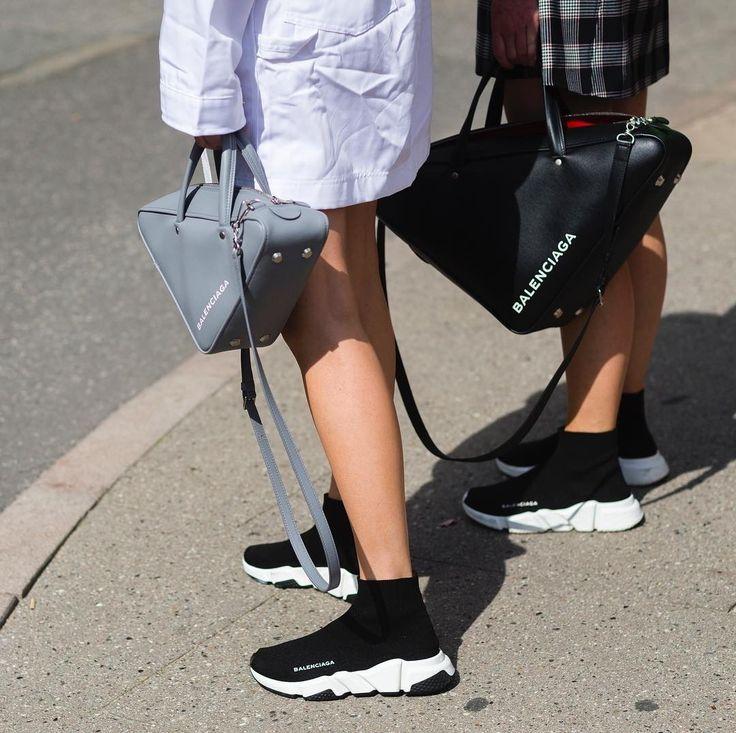 """Космос нас зовёт)) ! Топовые кроссовки этого года - уж точно не для спортзала! Самая дефицитная модель  высокие черные кроссовки Balenciaga которые напоминают всем знакомые мужские носки пришитые к -белой объемной """"воздушной""""подошве. Между прочим цена такой прелести - 595$. Как вам этот объект желания? Кто носил отзовись отчаянный модник ? #нереклама  #fashionreview @Thora_Valdimars  @_jeanetteMadse_  #CopenhagenFashionWeek  Speed Trainer #balenciaga #womanslook #fashiontrend"""