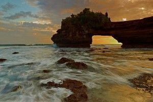 Sunset at Batu Bolong Temple - Image: lombok.panduanwisata.id