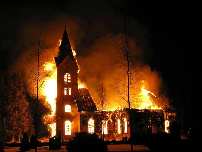 Kirkko tuhoutui lauantaina tulipalossa.