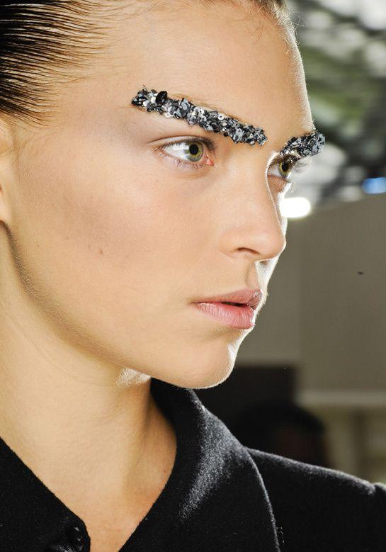Bijoux de sourcils chez Chanel    Pour le défilé Chanel, Peter Philips, directeur de la création du maquillage de la maison, a orné les sourcils des tops de ces pièces uniques créées spécialement par la maison Lessage.