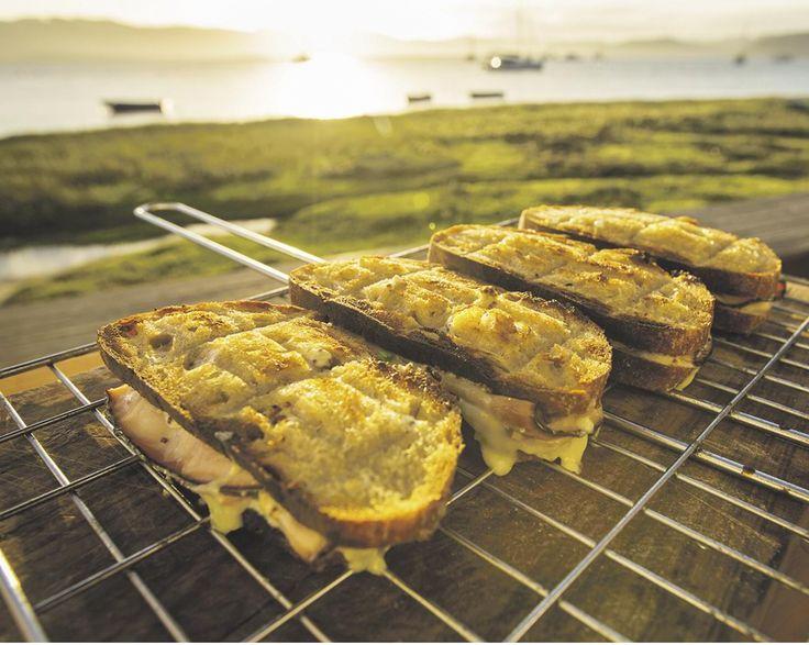 Resep | Jan Braai se luukse braaibroodjies met suurdeegbrood, beleë cheddar en songedroogde tamaties