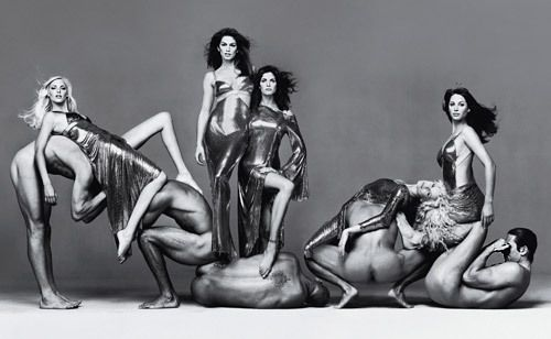 Richard Avedon zasłynął nie tylko jako jeden z najwybitniejszych portrecistów oraz fotografów mody, ale również jako autor znakomitych aktów. Jego minimalistyczny, elegancki styl obowiązywał również w tej dziedzinie. Pracował z najsłynniejszymi gwiazdami kina i modelkami, od Marilyn Monroe do Kate Moss, ale jego ulubioną modelką była Brooke Shields, którą fotografował przez 20 lat.
