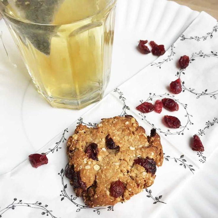 healthy cookies are always a good idea!   Ingrediënten •60 gram Speltbloem •50 gram Havermout •1 theelepel Koekkruiden •30 gram Gedroogde cranberry's •25 gram Kokosolie •4 eetlepels Honing •mespunt Zout   Bereidingswijze  1.Verwarm de oven voor op 180 graden 2.Mix de havermout, het speltmeel, de cranberries, de koekkruiden en het zout samen in een kom 3.Voeg hieraan de honing en gesmolten olie toe 4.Kneed dit met schone handen tot een stevig deeg 5.Verdeel het deeg in zes gel