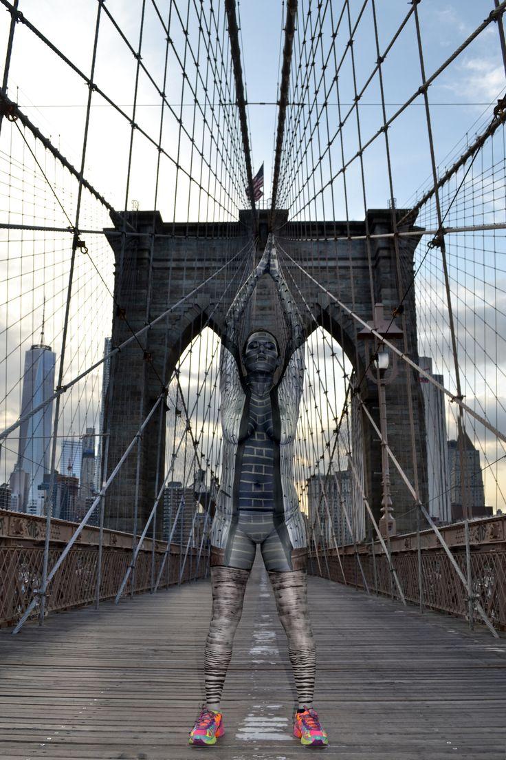 Find the model on the bridge! More pics like this here: http://www.travelbook.de/welt/Urbane-Bodypainting-Magie-Kuenstlerin-verwandelt-Models-in-Stadtteile-527528.html (Foto: Trina Merry)