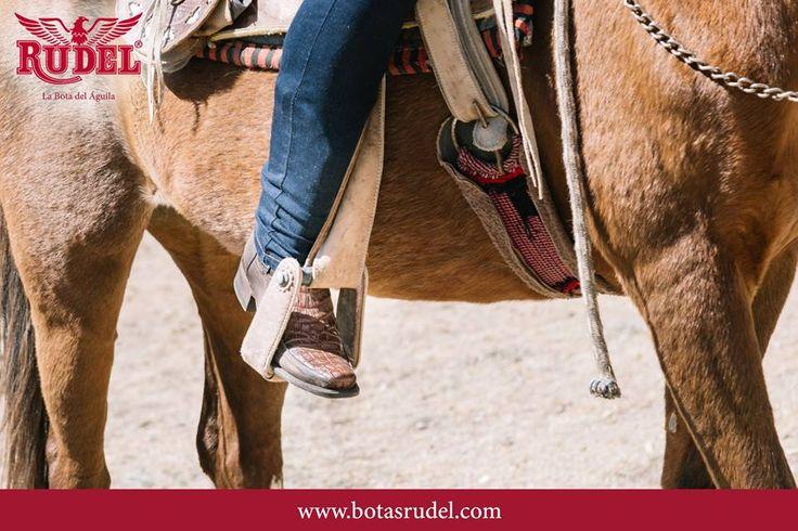 Ese amor por mi caballo no lo cambio por nada.  Caballero Vaquera Urbana  #Sake #boots #urbana #Rudel #botas #cowboys #country #caballero #western #mineraldepozos #westernstyle #cowboy #guanajuato #jaripeo #vaquero #charro #coleadero #rancho #caballos #hechoenmexico #corridos #caballosbailadores #rodeo #norteñas #ranchwork #walk  #TradicionRudel #LaBotaDelAguila.