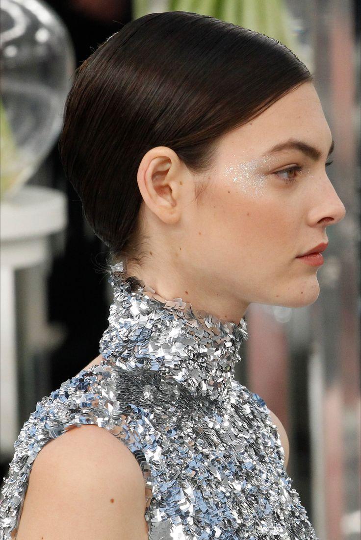 Guarda la sfilata di moda Chanel a Parigi e scopri la collezione di abiti e accessori per la stagione Alta Moda Primavera Estate 2017.