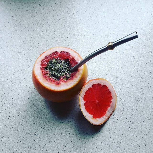 Gdy braknie naczynia do ulubionej mate 😀  Yerba mate + grejpfrut = pyszne Mate Russo 😊  Ciekawa propozycja dla miłośników yerba mate z owocami 😎  Smakuje wybornie 😋  Wystarczy odciąć kawałek owocu od góry i delikatnie wydrążyć środek łyżeczką. Zalewamy letnią lub zimną wodą 😊  Smacznego!  M.  #terere #polska  #polonia #poland #tea #herbata #matetea #yerbamatetea #yerbamate #yerba #mate #mategreen #green #greenmate  #fruits #fruit #grejpfrut #grapefruit #mniam #yummy #energia #energy…