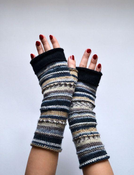 Ces mitaines glovesare tricot à la main et disposent dun motif de rayure classique dans une combinaison de couleurs grand pour lautomne.  Issu de 100 % laine mérinos, leur naturellement isoler propriétés vous gardera au chaud durant les mois plus frais !  Mitaines vous offrent le meilleur des deux mondes : exempt dengelures mains sans la majeure partie des gants traditionnels. Ils sont parfaits pour la dactylographie, la conduite, artisanat, ou quel que soit le cas !   Couleurs : Noir Blanc…