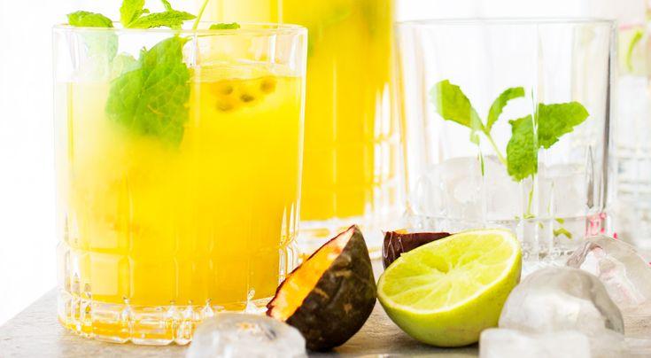 Recept på Mango-passion mojito. Blanda en hel karaff med fruktig drink. Ingredienserna ska vara riktigt kalla och drinken ska serveras med mycket is, då håller den längre.