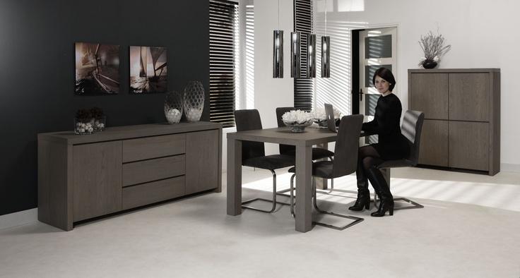 Moderne eettafel Carvalhal past perfect in uw modern ingericht woonkamer dankzij de stijlvolle uitvoering en de blokvormige tafelpoten. De exclusieve kleur en de duidelijke houtstructuur geven deze eettafel een warme en natuurlijke uitstraling.