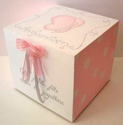 Ξύλινο Κουτί βάπτισης με θέμα την Πεταλούδα για τα βαφτιστικά κοριτσιού, ζωγραφισμένο εξ ολοκλήρου στο χέρι με ακρυλικά χρώματα, glitters και στολισμένη με swarovsky. Συνδυάζεται με το υπόλοιπο σετ βάφτισης Πεταλούδα (λαμπάδα, λαδόκουτο, κουτί μαρτυρικών και στολισμό κολυμπήθρας) καθώς και με αντίστοιχη μπομπονιέρα καδράκι ή κουτάκι. Το όνομα του παιδιού αναγρ%